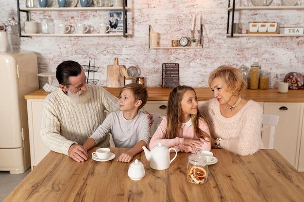 Бабушка и дедушка проводят время со своими внуками