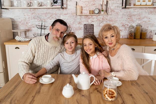 Бабушка и дедушка проводят время с внуками дома