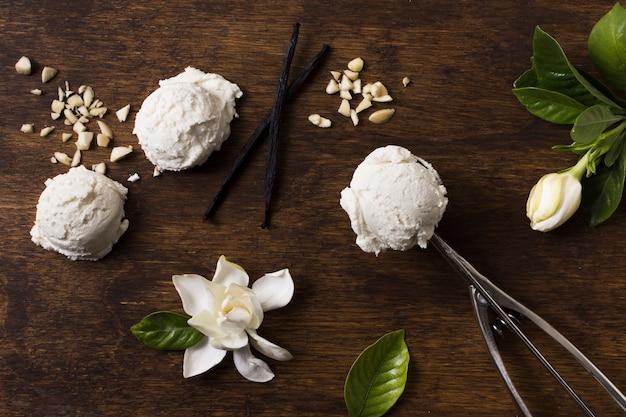 トップビューの自家製アイスクリームスクープ