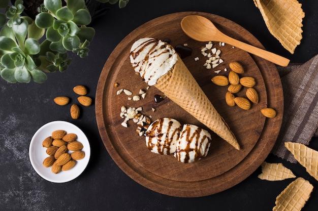 アーモンドとトップビューおいしいアイスクリーム