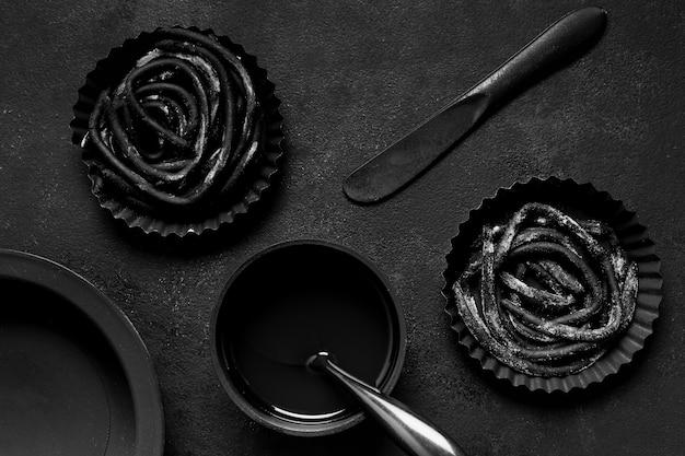 暗いテーブルに黒のおいしい食べ物の品揃え