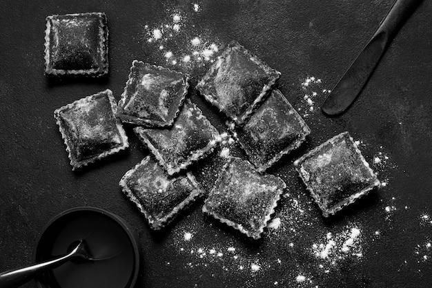 暗いテーブルに黒のおいしい食べ物のフラットレイアウトの品揃え
