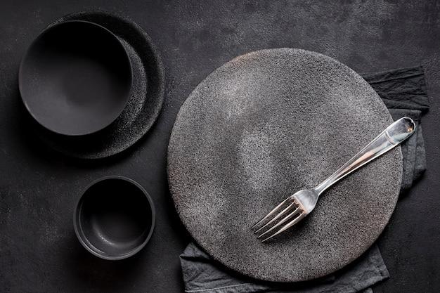 黒い食器のトップビューの品揃え