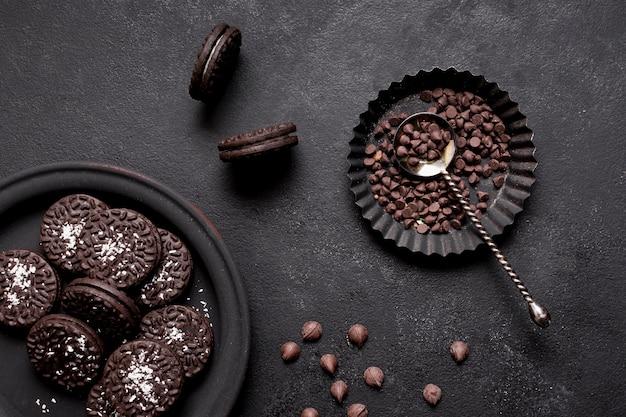クリームとチョコレートチップが横たわるおいしいビスケット