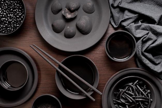 Черная паста с креветками с моллюсками и соевым соусом