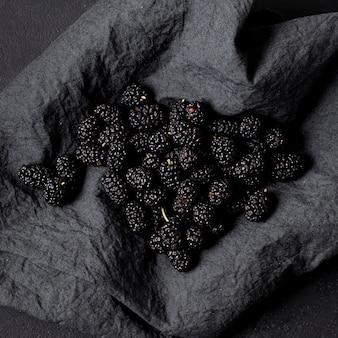 ナプキンに高いビューのおいしいブラックベリー