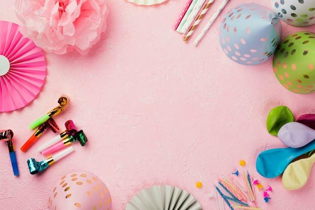 装飾品とピンクの背景を持つフラットレイアウト円形フレーム