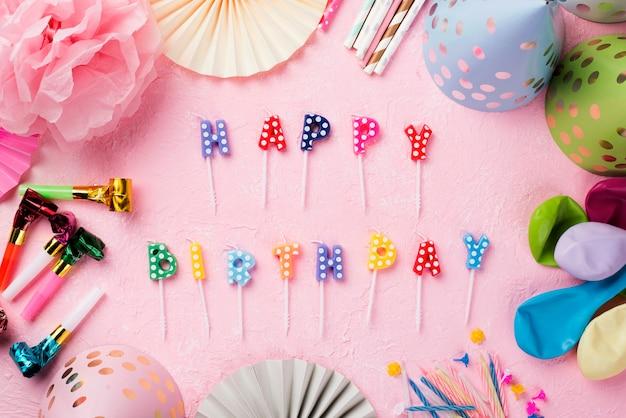 誕生日の蝋燭とトップビューの配置