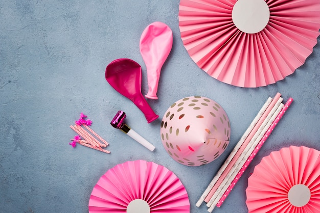 ピンクのパーティーの飾りの配置