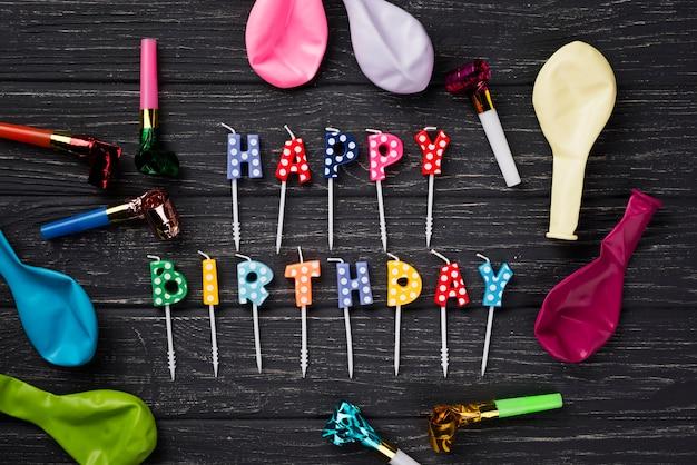 Плоские лежал день рождения свечи на деревянном фоне
