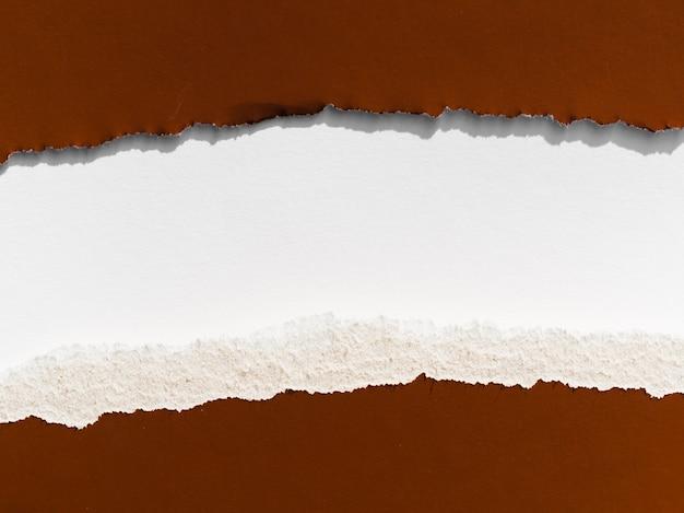茶色の紙の水平方向の裂け目
