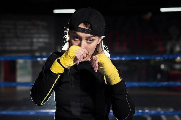 リングでポーズをとる女性ボクサーの正面図