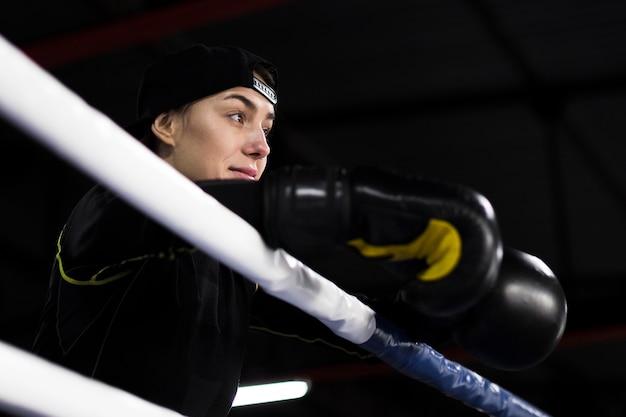 リングでポーズをとる女性ボクサーのローアングル