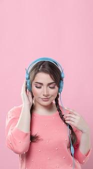 コピースペースとヘッドフォンで音楽を楽しむ女性
