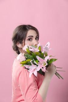 Вид сбоку женщина позирует с букетом лилий