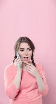 Женщина наслаждается сплетней по телефону