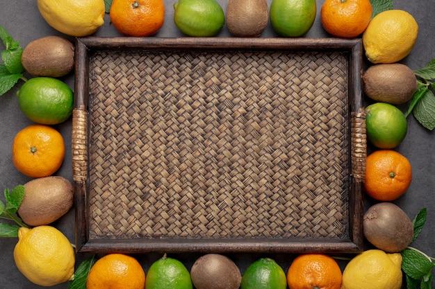Плоская кладка фруктов вокруг лотка