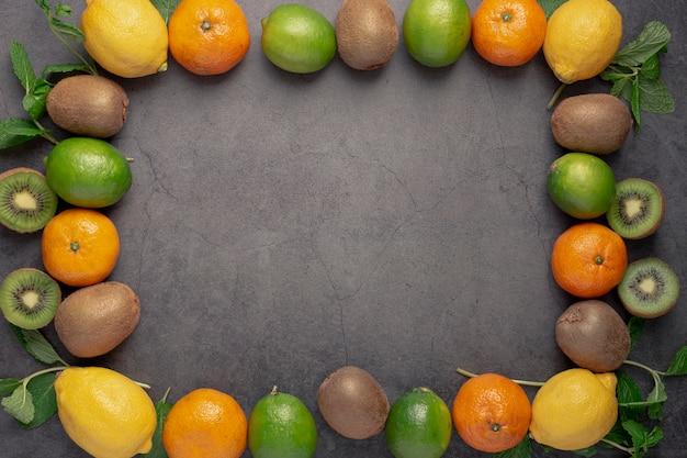 Вид сверху фруктовой рамки с лимонами и мандаринами