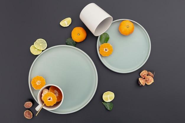 Вид сверху тарелки с мандариновыми ломтиками и инжиром