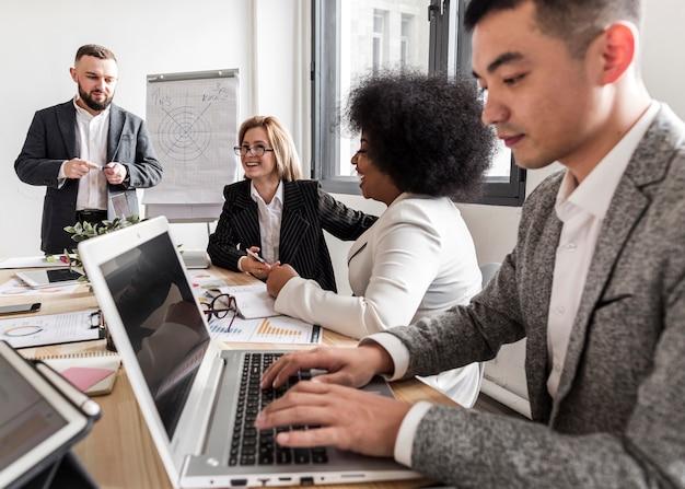 Вид спереди деловых людей на встрече