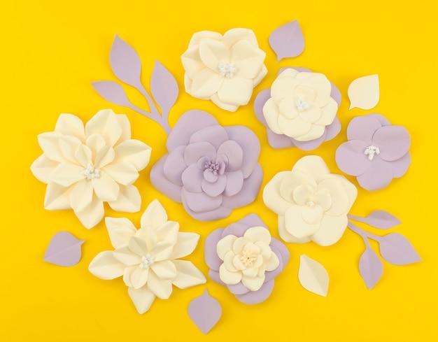 黄色の背景にトップビュー紙の花