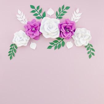 Вид сверху цветочная рамка с фиолетовым фоном