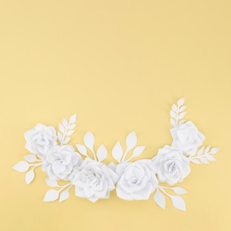 黄色の背景を持つフラットレイアウト花盛り合わせ