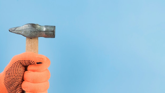 Макро рука держит молоток