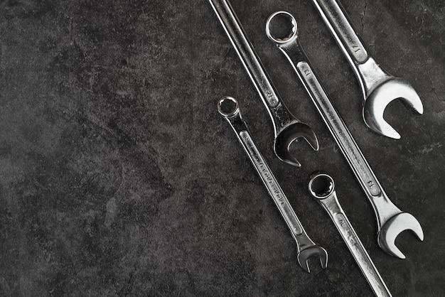 Вид сверху разных типов гаечных ключей