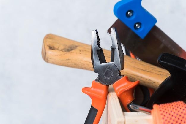 Деревянный ящик для инструментов с различными инструментами