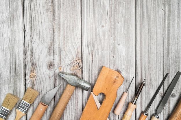 Вид сверху набор инструментов на деревянный стол