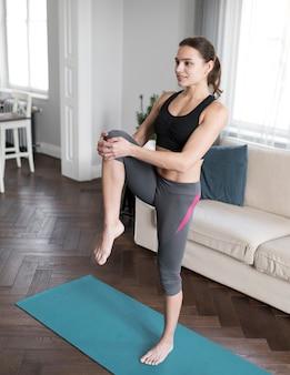 女性の足のストレッチの側面図