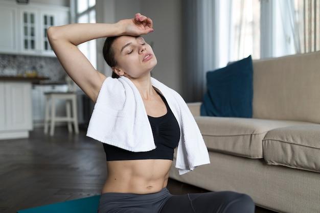 Вид спереди женщины расслабиться после тренировки