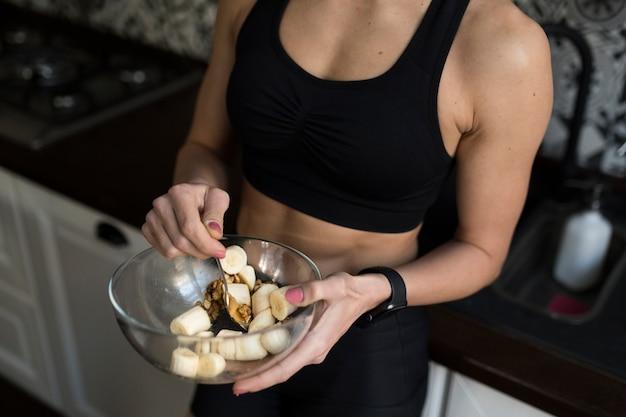 健康的な食事とボウルを保持している女性の高角