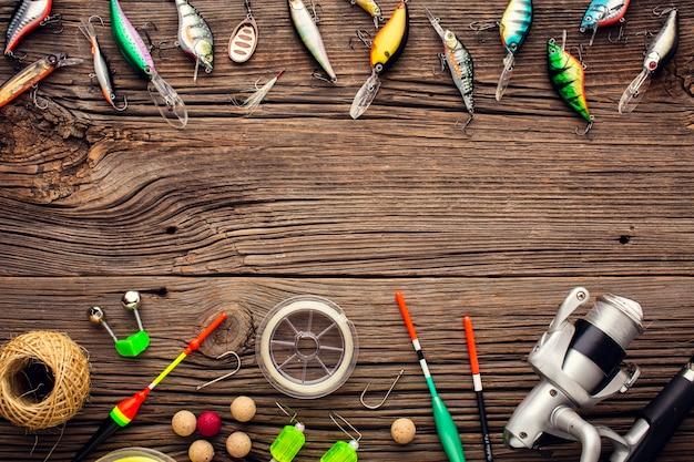 カラフルな餌と釣り道具フレームのフラットレイアウト