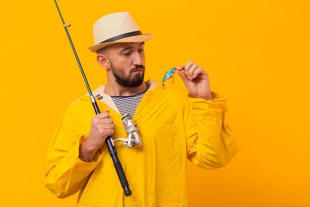 釣り竿を押しながら餌を見て漁師の正面図