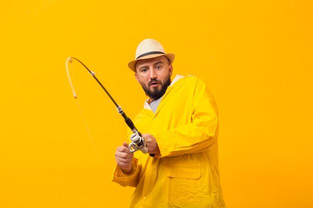 釣り竿で苦労している漁師の正面図