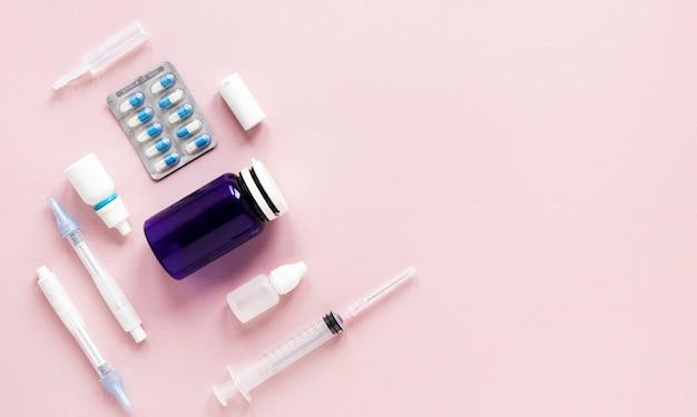 トップビューのさまざまな薬のコピースペースを持つテーブル