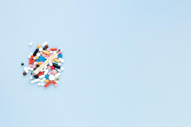 トップビューのさまざまなカラフルな錠剤のコピースペース