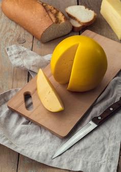 Крупным планом вкусный сорт сыра с хлебом