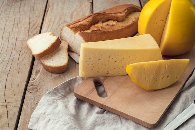 焼きたてのパンと自家製チーズのクローズアップ
