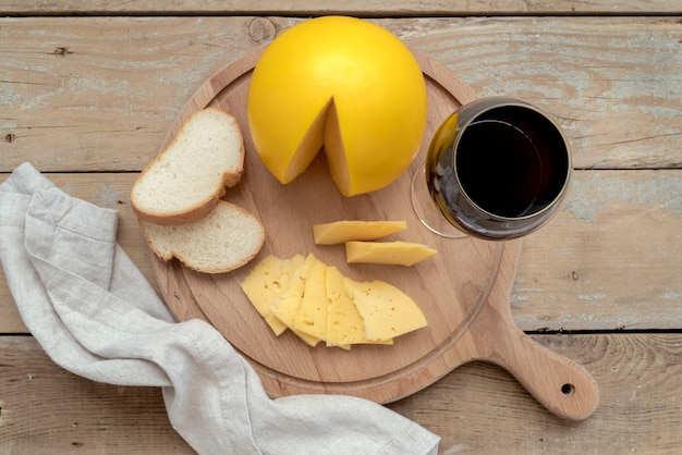 Вид сверху вкусный домашний сыр с хлебом