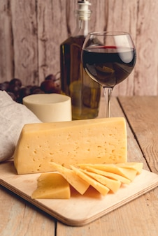ワインのグラスとクローズアップのおいしいチーズ