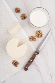 Вид сверху вкусного сыра со стаканом молока