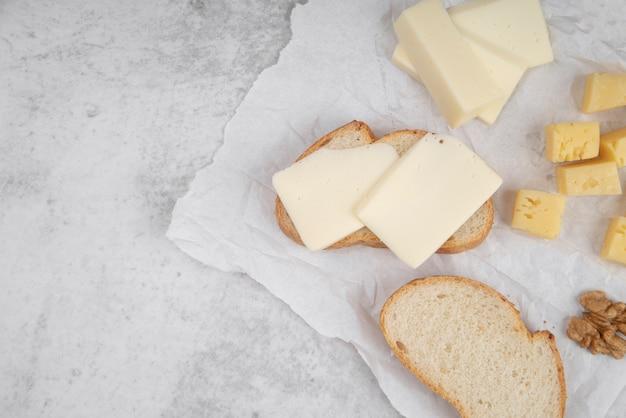 Вид сверху ломтики хлеба с сыром сверху