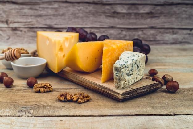 テーブルの上のおいしいチーズのクローズアップのさまざまな