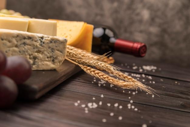 ワインのボトルとクローズアップのおいしいチーズ