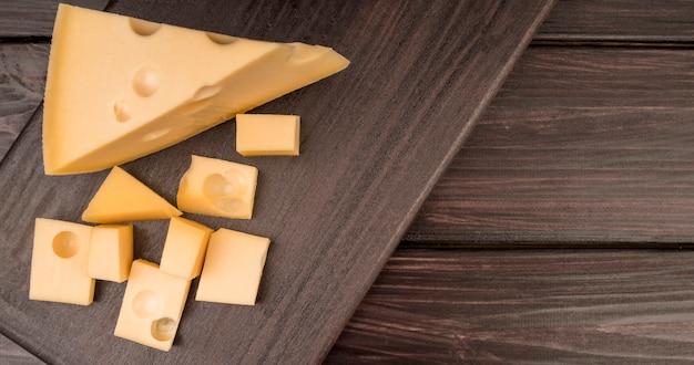 Вид сверху вкусный швейцарский сыр на столе