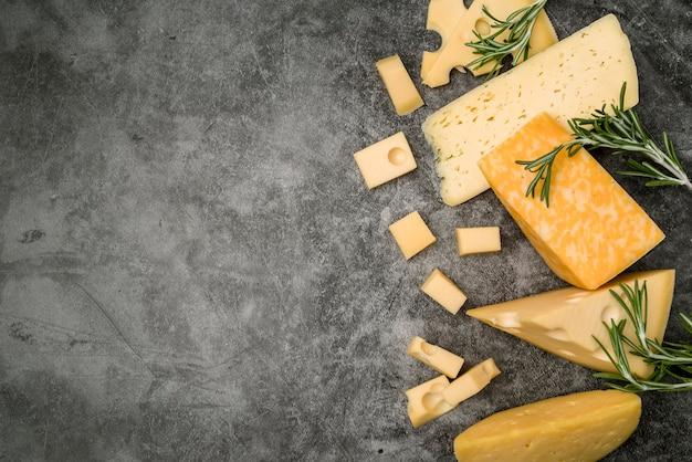 Вид сверху выбор вкусного сыра с копией пространства