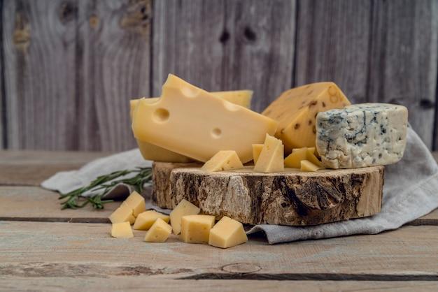 テーブルの上のチーズのクローズアップのおいしい品揃え